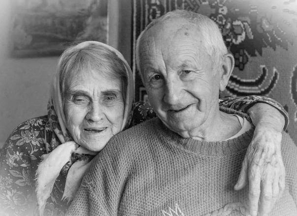 встреча живут в нашей деревне двое пожилых людей, дед сергей и баба маша. живут душа в душу, и всё у них ладится. вся деревня смотрит на них и радуется, а кое кто даже завидует. всегда вместе.