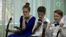 Молодой педагог в Ленской школе искусств обучает юных гитаристов