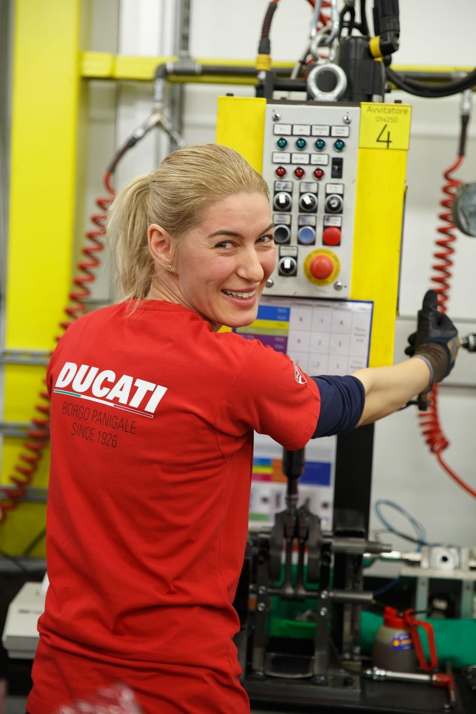 Девушки на заводе Ducati