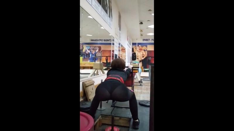 Надя Кушнир. Упражнение - приседания на яме с отягощением.
