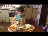 Сын помогает маме на кухне! Прикол