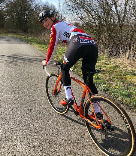 Пак Мунен (Puc Moonen) 22-летняя голландская велосипедистка, которая может удивить не только своими спортивными достижениями. Девушка обладает модельной внешностью и легко могла бы сниматься для