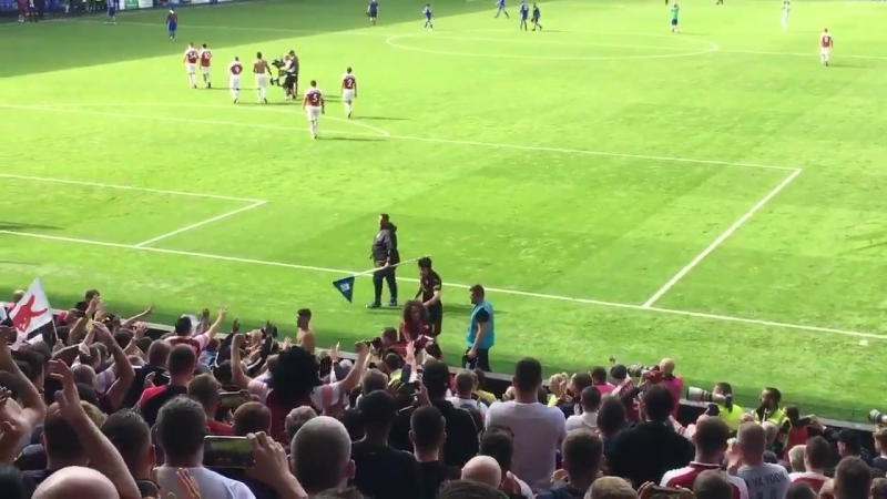 Petr Cech telling Matteo Guendouzi Lucas Torreira to give their shirts to fans in the travelling away crowd against Cardiff