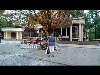 Жители Донбасса несут цветы к месту взрыва в Донецке