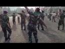 Индонезийский морской пехотинец показал как танцуют мужики