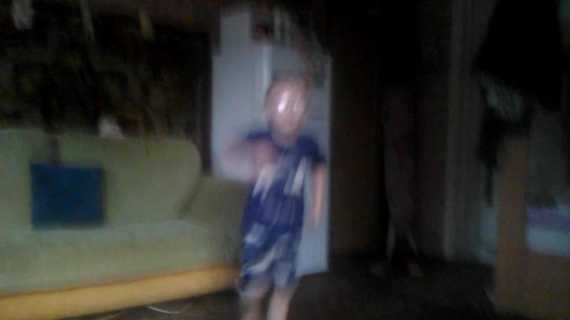 максим танцует