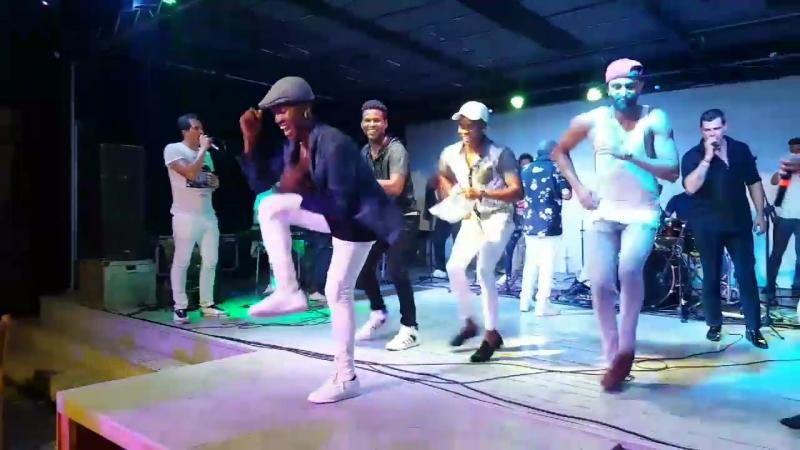 Cubanos bailando con Pupy y los que Son Son