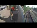 Мужчина в последний момент успел помочь пьяному выбраться с путей перед приближающимся поездом