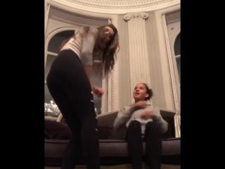 Tori Black танцует со своей подругой