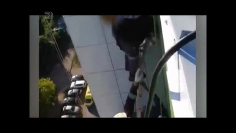 Трехлетнюю малышку нашли на козырьке строющегося 15- этажного дома.