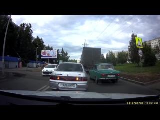Автомобиль едет по пешеходной части в смоленске