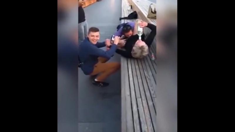Поляки нализывают Наташе в центре Москвы