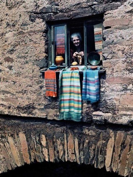 Эта женщина в окне