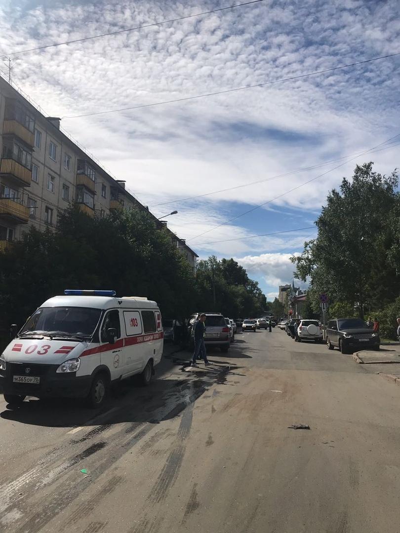 В аварии с 5 машинами на улице Белинского пострадал джип кандидата в мэры Томска