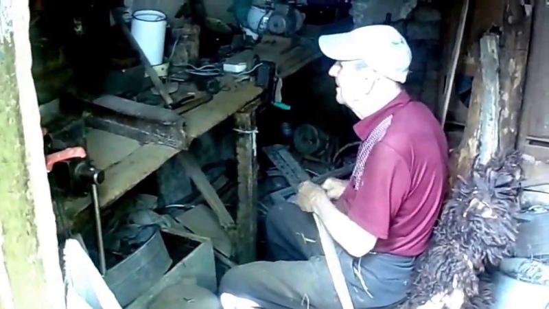 Дед Василий трудится в сарае и желает счастья в личной жизни