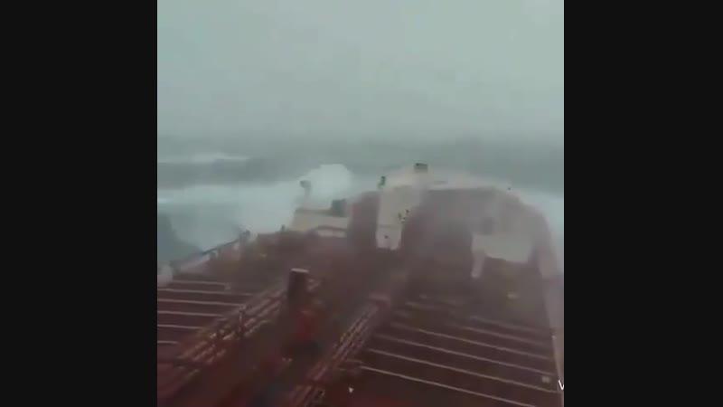 Супертанкер идет через 10 балльный шторм