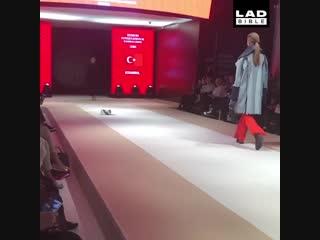 Модель Котейкина. В Стамбуле бездомная кошка залезла на подиум на показе ?? И «украла» шоу