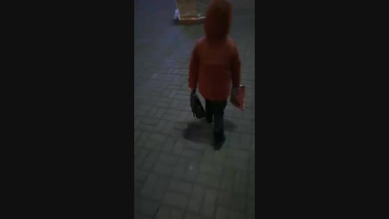 жүрегім апайының сумкасын ұстап алған))