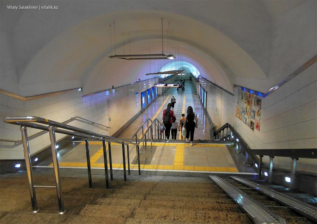 Ступени, вход на станцию Абая, метрополитен Алматы