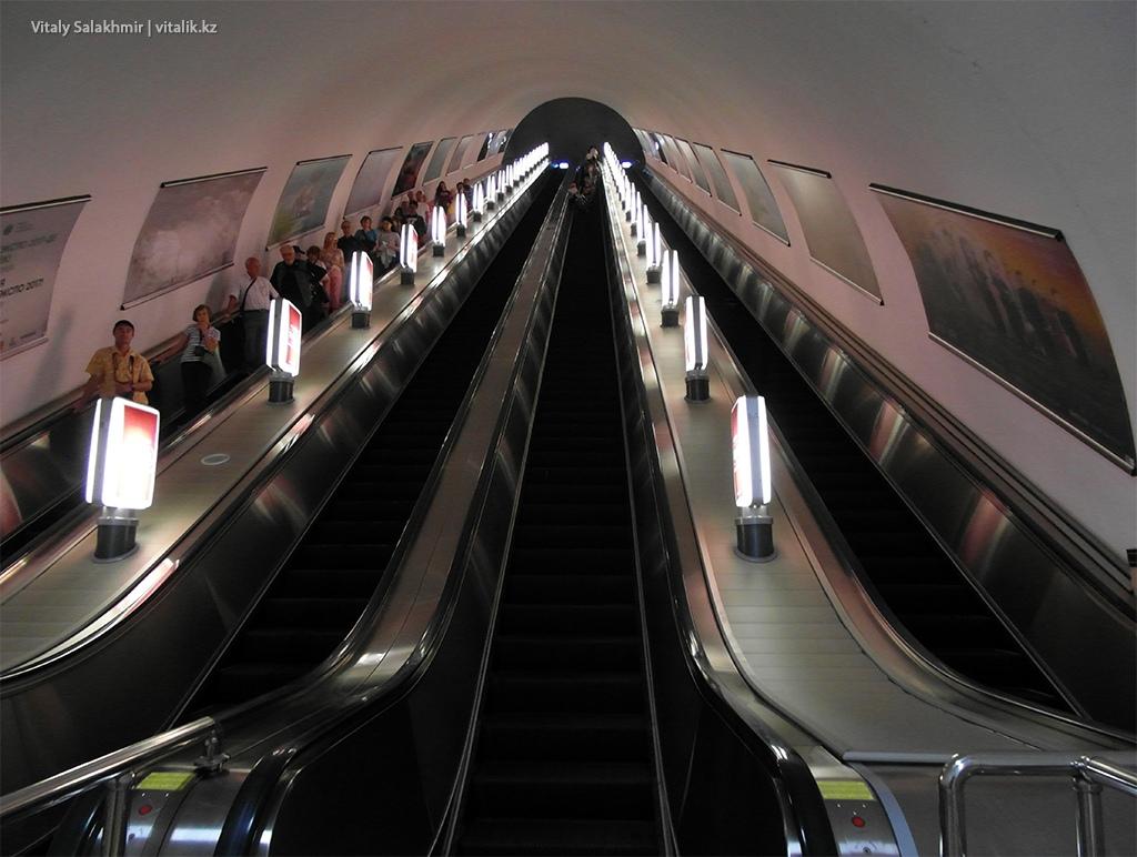 Эскалатор на станции Алмалы, метро Алматы 2018
