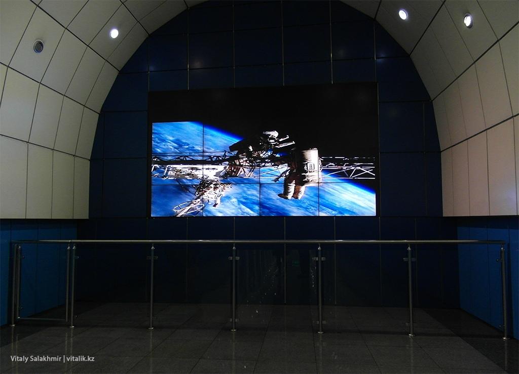 Экран на станции Байконур, метро Алматы 2018