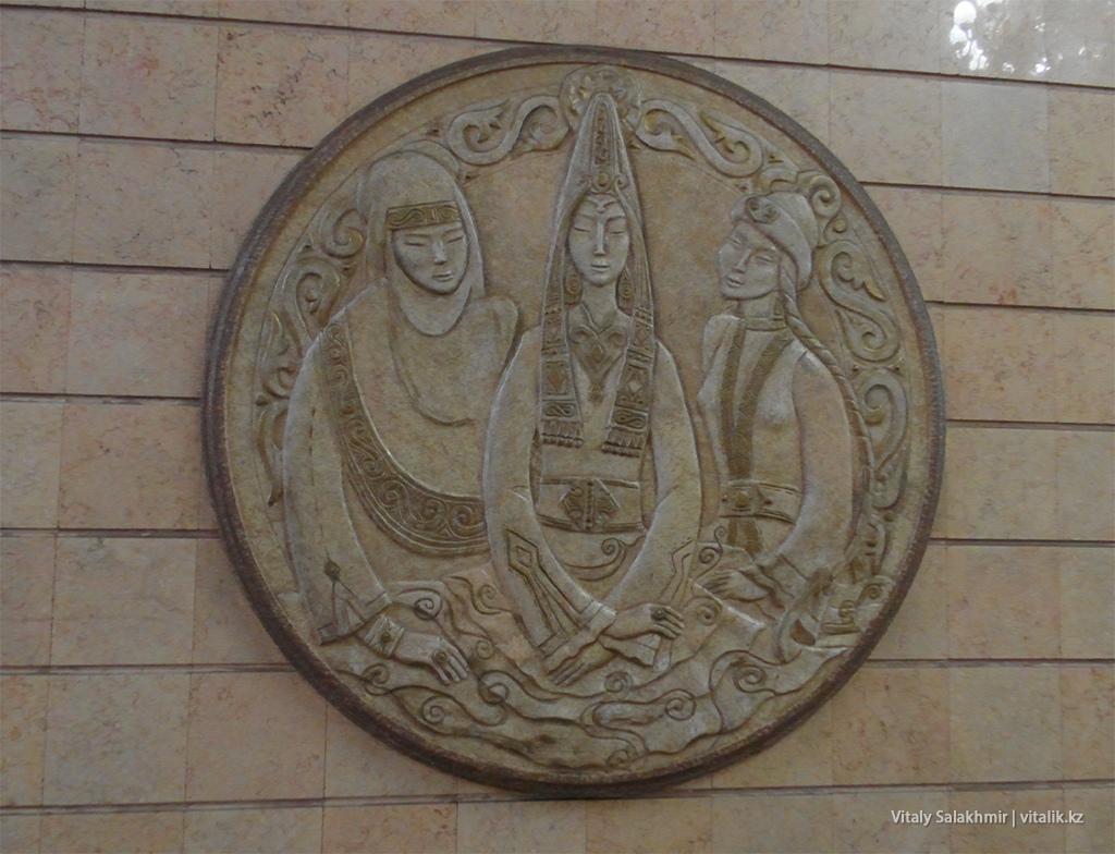 Украшение станции Театр имени Мухтара Ауэзова, метро Алматы 2018