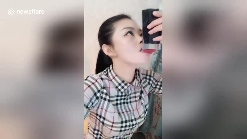 Китайская девушка демонстрирует свои невероятные трюки на языке Девушка в северном Китае продемонстрировала невероятные трюки с