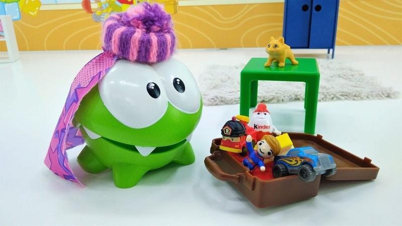Om Nom juguete hace las maletas. Vídeos para niños.