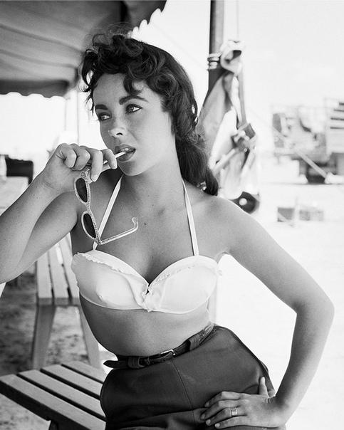 10 архивных снимков Элизабет Тейлор, которые хочется пересматривать снова и снова Королева бриллиантов, королева бикини, королева ГолливудаЭталон женственности и сексуальности, общепризнанная