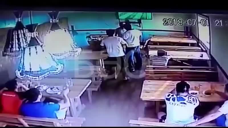 Двое полицейских избили бизнесмена в Атырау после того как их попросили оплатить счет