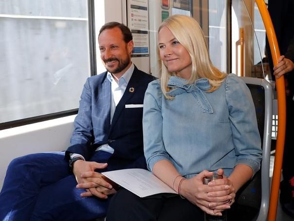 Литературный поезд 2019 в Норвегии Стартовало ежегодное мероприятие кронпринцессы Метте-Марит - Литературный поезд, которое в этом году проходит в метро. Началось путешествие на станции Колсос,