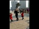 Девочки с дедушкой очень классно танцуют