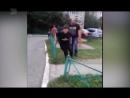 Мужчина выпорол собственного ребенка ремнем Прямо на улице при сверстниках