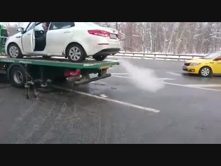 В Москве мужик свалил на машине прямо с эвакуатора.