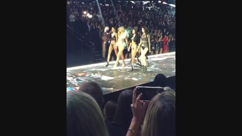 Модели дефилируют на шоу «Victoria's Secret», Нью-Йорк (2018)