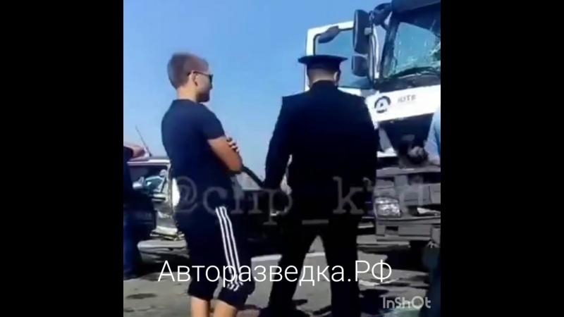 Цементовоз раздавил 4 машины. Есть погибшие. Краснодар. 27 сентября – Новая Кубань. Авария произошла сегодня около 1300 в район