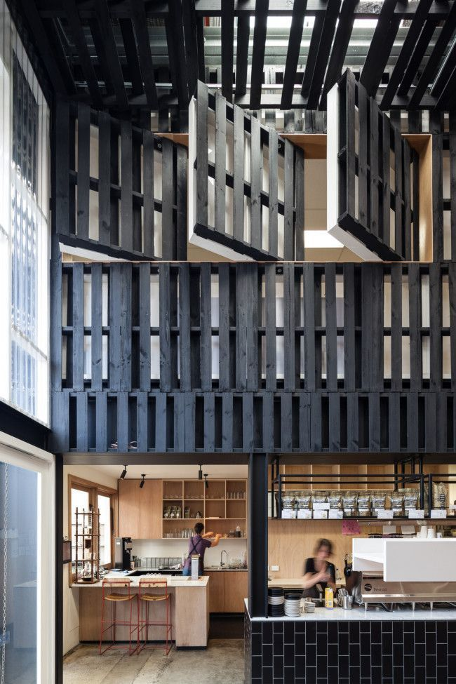 Дизайн интерьера, дерево в оформлении стен.