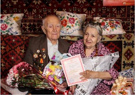 В Горловке поженился 100 летний пенсионер и 82-летняя пенсионерка (фото)