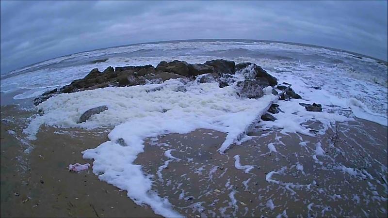 Шторм на Азовском море. Разгул стихии на песчаном побережье.