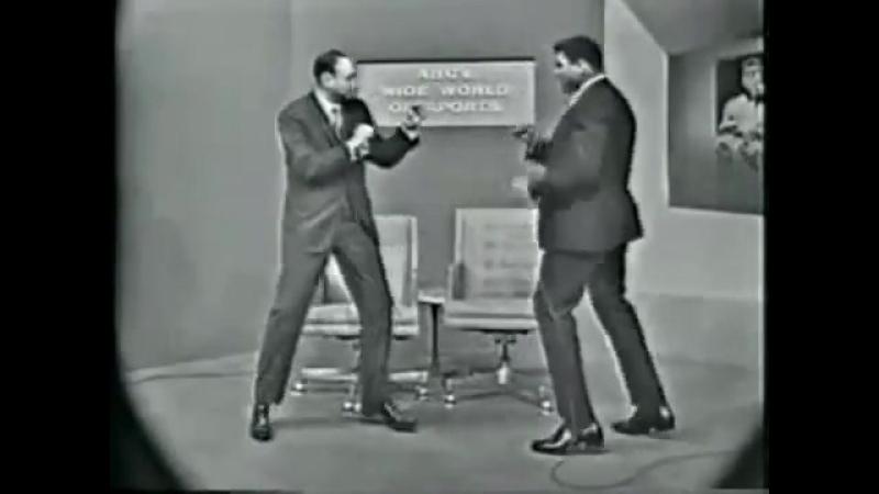 Мохаммед Али демонстрирует журналисту работу ног