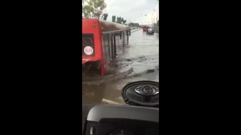 Автобус едет по окна в воде Казань