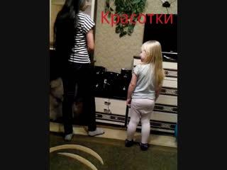 Моя внученька учиться танцевать ))))