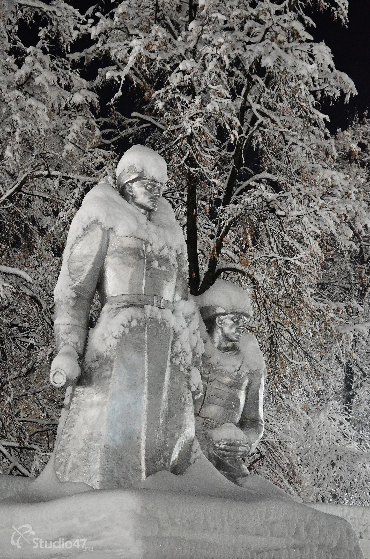 Памятник Борцам за власть Советов на площади Революции