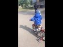 Брат учится кататься на велосипеде
