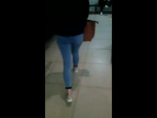 Школьница в обтягивающих джинсах идет и крутит попой мне на камеру