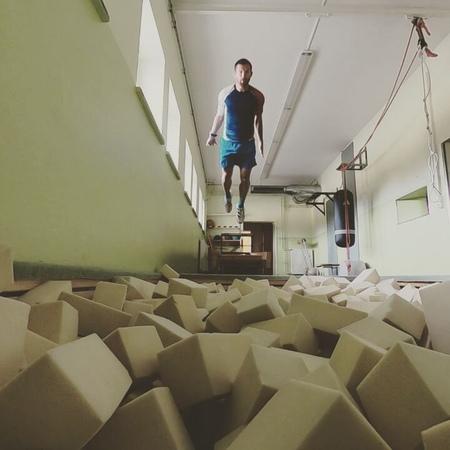 Михал Шлесингр изображает прыгунов с трамплина (июль 2018)