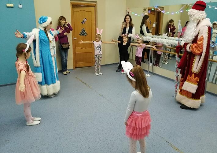 Юных танцоров из «Рубежа» поздравили Дед Мороз и Снегурочка