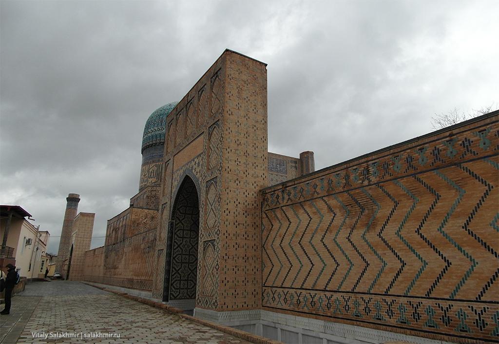 Стена мечети Биби-Ханум в Самарканде, Узбекистан 2019