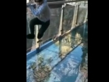 Стеклянный мост, с эффектом трескающегося стекла
