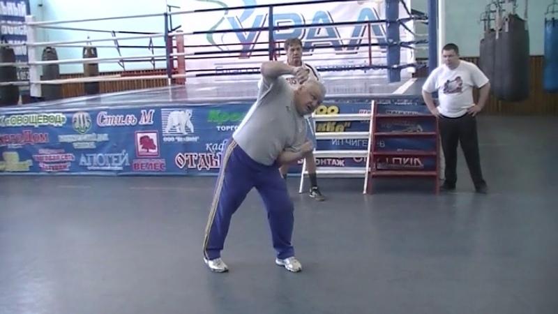 Акцентированный удар правой рукой в боксе.